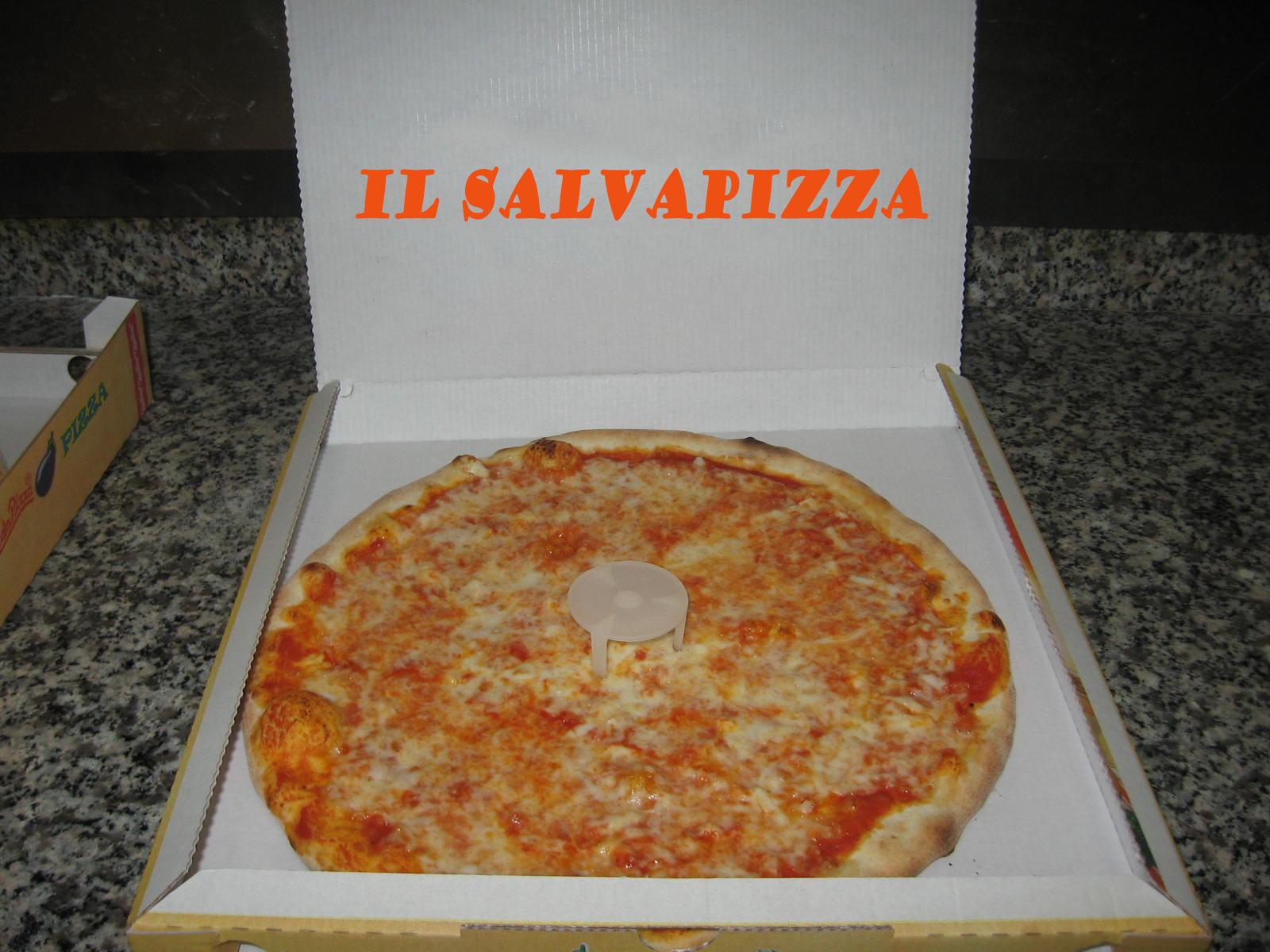 della pizza appena sfornata per evitare che il coperchio del cartone ...